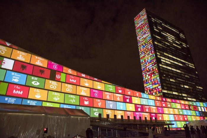 Palazzo della Nazioni Unite illuminato dagli Obiettivi per lo Sviluppo Sostenibile